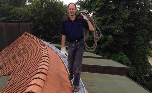 dachrinne anbringen dachreinigung per seil
